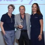 Sergio Fernandes, diretor da Nice Via Apia, recebe o prêmio Top Seller da American Airlines das mãos de Valéria Andrade e Patricia Lacerda