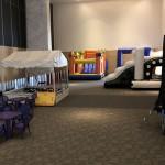 Área com piscina de bolinhas e brinquedos infláveis