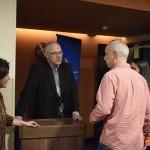 Altamiro Médici recepciona convidados na entrada do cinema