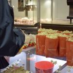 Convidados retiram os snacks oferecidos pelos anfitriões