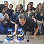 Maurício Favoretto, Diretor da Trend, assoprando as velas de aniversário