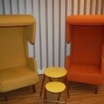 Novo design misturou cores vibrantes e formas inusitadas, como essas cadeiras em formato de telefone