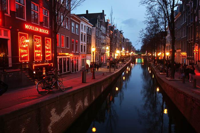 Distrito da Luz Vermelha é dos pontos mais visitados na capital holandesa