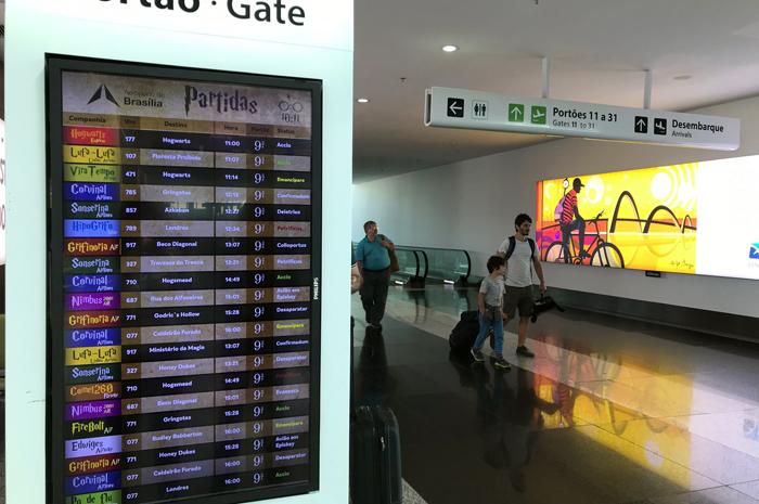 No dia em que Harry Potter completa 39 anos, Terminal brasiliense cria painel de voos fictício comemorativo com companhias aéreas e destinos do mundo bruxo