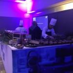 Estações de comidas se espalharam pelos salões, todas com um menu funcional