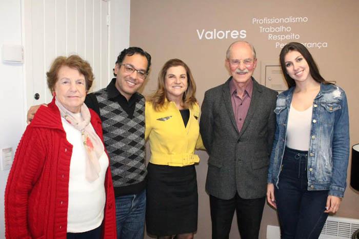 Iraci Casagrande Koppe, Allan John Lino, Marta Rossi, Romeo Ernesto Riegel e Emily Braun durante formalização do convite (Foto: Divulgação)