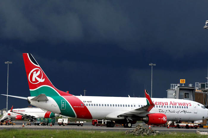 Suposto clandestino, estava em um avião da Kenia Airways (Foto: Reuters/Thomas Mukoya)