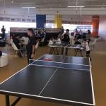 Mesas de ping-pong e futebol de botão estão entre as atrações do espaço