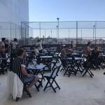 Mesas no terraço do Camarote Arena