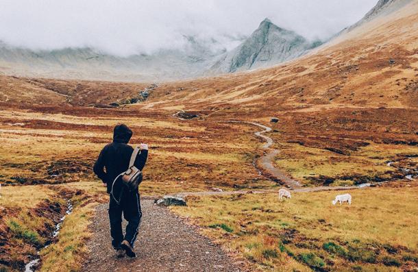 Nos próximos dez anos, 30% dos jovens planejam viajar sozinhos pelo menos uma vez