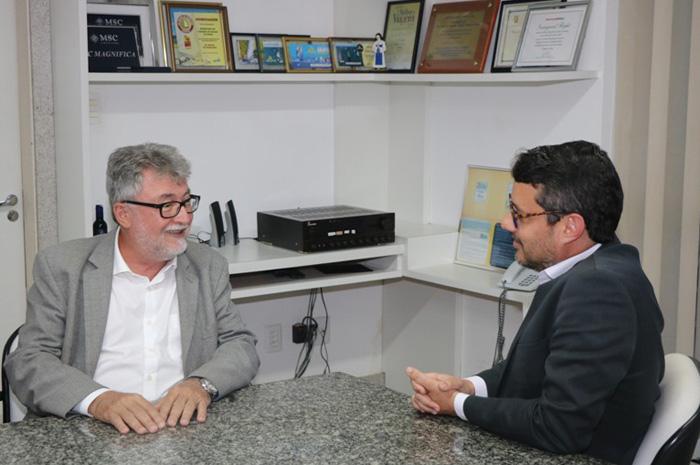 Secretário do Meio Ambiente, João Carlos Oliveira, durante reunião com o secretário do Turismo, Fausto Franco