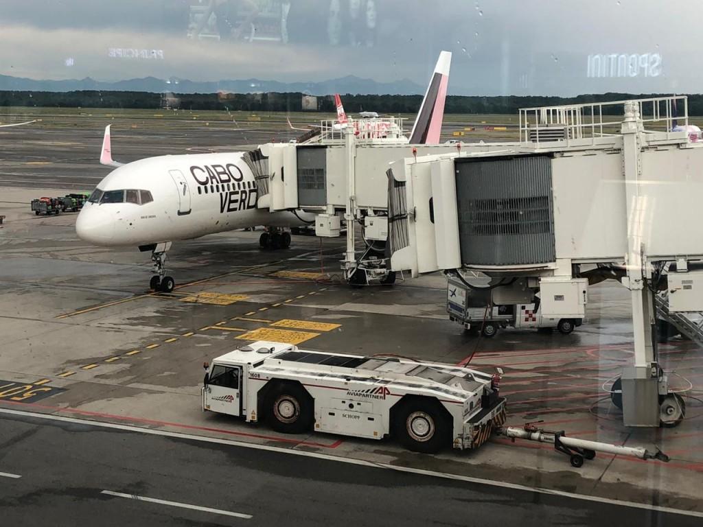Aeronave da Cabo Verde Airlines no Aeroporto de Milão