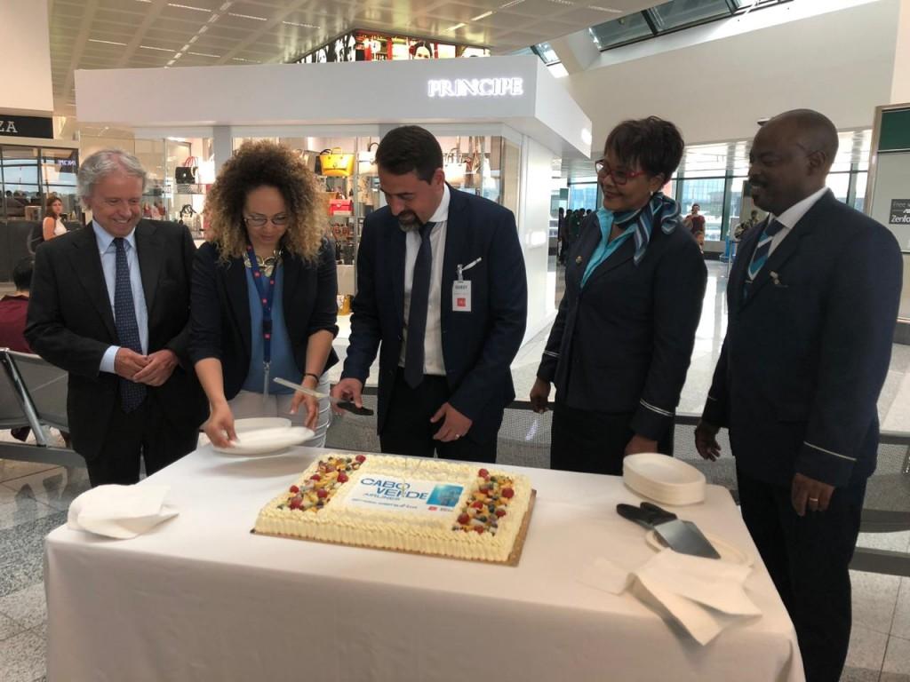 CEO da companhia e tripulantes comemorando o início da rota