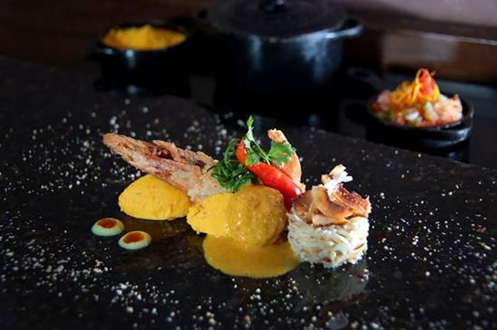 No restaurante Genaro de Carvalho, localizado dentro do hotel, o prato será o Xinxim de galinha com vatapá de inhame, arroz de coco cremoso e camarão na tapioca