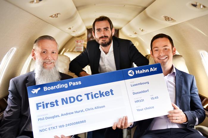 Christopher Allison, Head of NDC da Hahn Air entre Phil Douglas e Andrew Hurst, CEO e CTO da 2e Systems