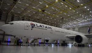 Latam apresenta primeiro Boeing 777-300 a passar por retrofit; veja fotos
