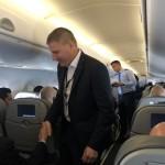 Durante o voo, John Rodgerson conversou e cumprimentou clientes