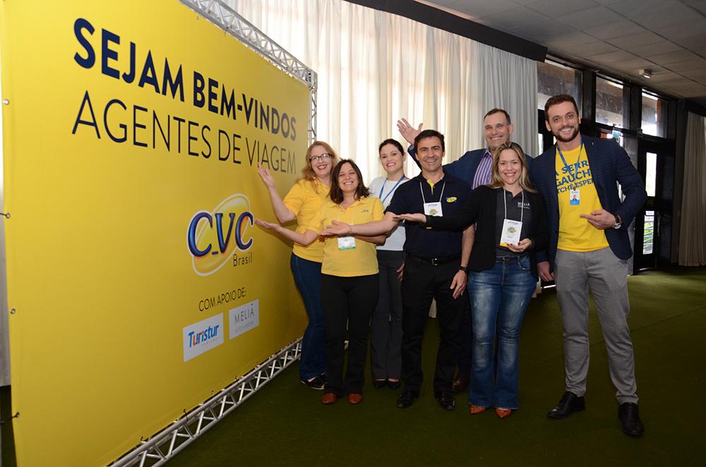 Equipe da CVC com os parceiros Meliá, representado por Michelle Oliveira, e Turistur, representado por Samuel Kist e Fernanda Meinerz