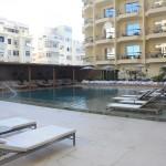 Esta é a outra piscina do hotel, que recebe todo o calor do sol da tarde