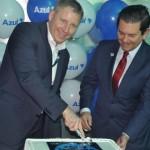 John Rodgerson e Otavio Leite cortam bolo comemorativo do início das operações na ponte aérea