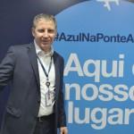 John Rodgerson, presidente da Azul, com o banner da campanha Azul na Ponte Aérea