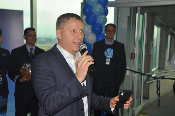 John Rodgerson, presidente da Azul, recepciona clientes da Ponte Aérea