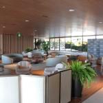 Lobby que divide as duas piscinas, um espaço comum para hóspedes que conta ainda com recepção
