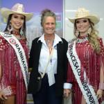 Mari Masgrau, do M&E, entre Larissa Ferreira, Rainha da Festa do Peão de Barretos, e Jeniffer Pietra, princesa da Festa do Peão de Barretos