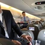 O presidente da Azul participou do serviço de bordo do voo inaugural da Ponte Aérea