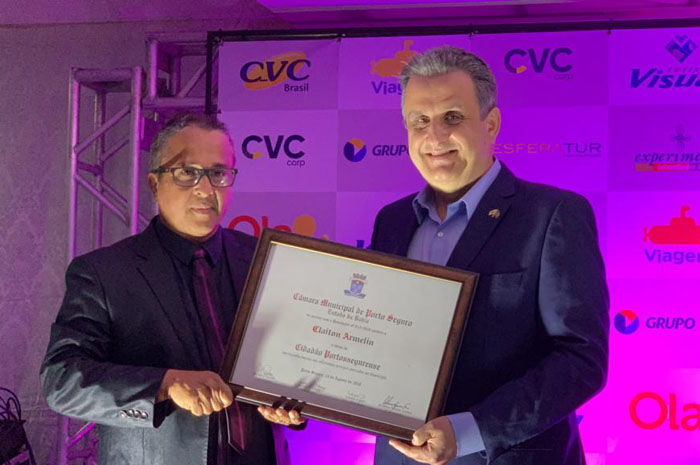 O vereador de Porto Seguro, Geraldo Couto, entrega o certificado de Cidadão Portosegurense a Claiton Armelin
