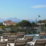 Piscina com borda infinita fica de frente para o Forte e a Praia de Copacabana