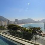 Praia de Copacabana de frente para a piscina principal do hotel