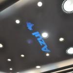 Projeção do logo da Azul no teto do saguão em Congonhas