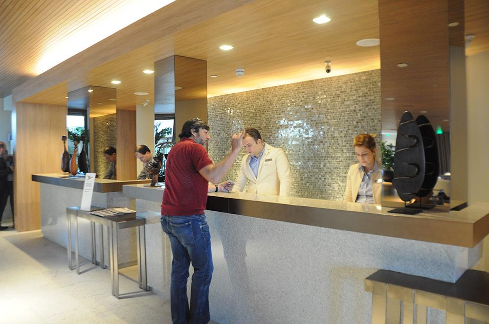 Recepção do hotel localizada no sexto andar