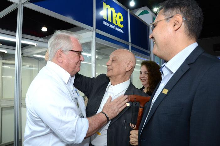 Roy Taylor, do M&E, com Rosivaldo Aziz Illipronti, ex presidente da Avirrp, e Assis Leite, presidente da Avirrp