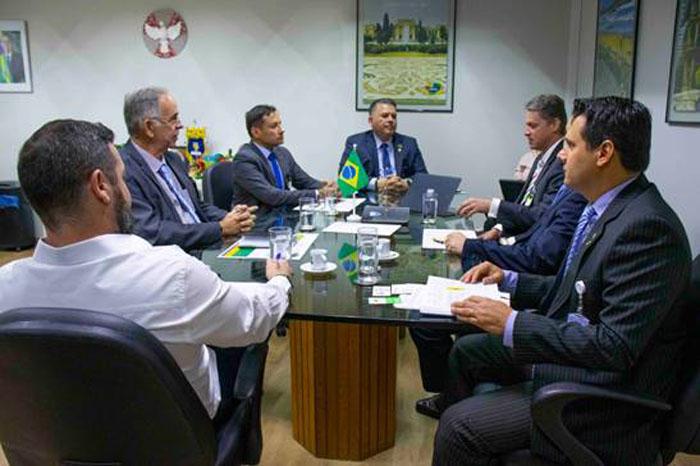 Diretor Osvaldo Matos (ao centro) e equipe recebe os representantes da CBPq