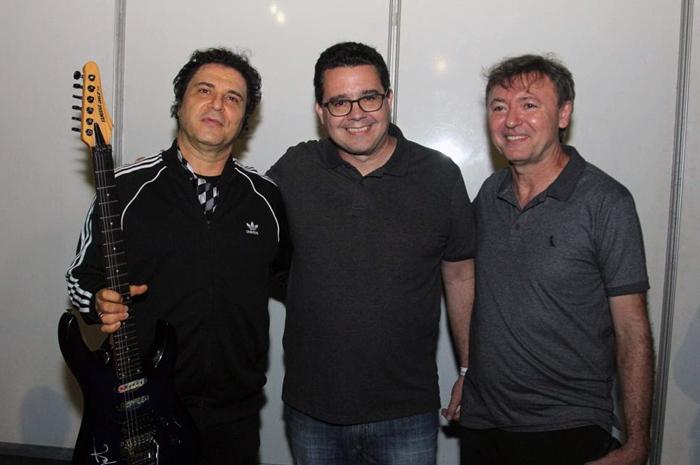 Cantor Frejat ao lado de Samuel Sicchierolli, presidente do grupo VCI; e o presidente do Sistema Fecomércio, Maurício Filizola