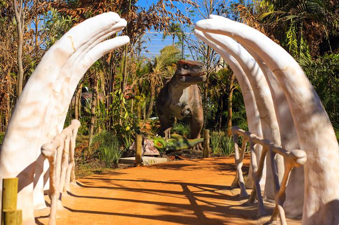 Com 38 réplicas em tamanho real dos lendários animais pré-históricos, atração vira nova opção de passeio aos mais de 2 milhões de turistas que visitam a cidade todos os anos