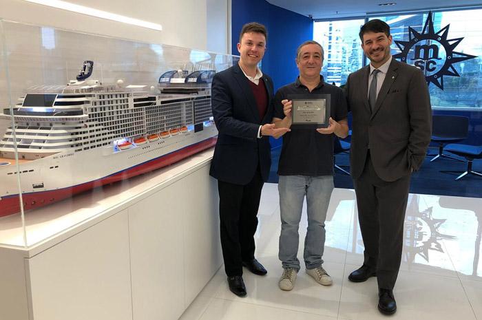 Aparecido Silva, diretor de vendas da 7 Tour, foi o primeiro profissional a receber o prêmio, entregue por Ignacio Palacios, diretor de vendas e revenue da MSC cruzeiros
