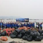 Comemoração após o trabalho de limpeza da praia ser finalizado