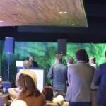 Convidados assistindo o discurso de abertura do Torneio de Golfe