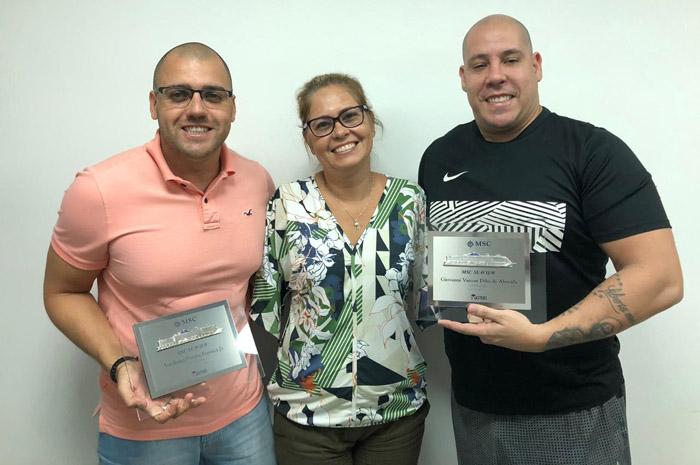 Giovanni Vanzan Dibo de Almeida e Vanderlei Pereira Fonseca Junior, da agência 021 Turismo, receberam prêmio entregue por Jaqueline Messina, Coordenadora de Vendas da MSC Cruzeiros