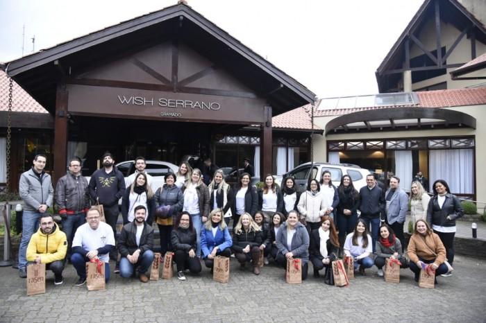 Participantes da Jornada GJP Eventos em frente ao Wish Serrano