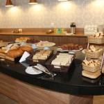 Estação de pães e bolos do café da manhã