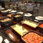 Estação de pratos quentes do café da manhã
