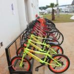 É possível alugar bicicletas para andar pelo complexo