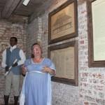 O tour pela mansão principal da Destrehan Plantation é acompanhado por um guia