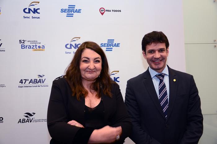 Magda Nassar, presidente da Abav, com Marcelo Álvaro Antônio, ministro do Turismo