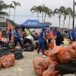 Olha o quanto de lixo acumulado já foi retirado da praia!