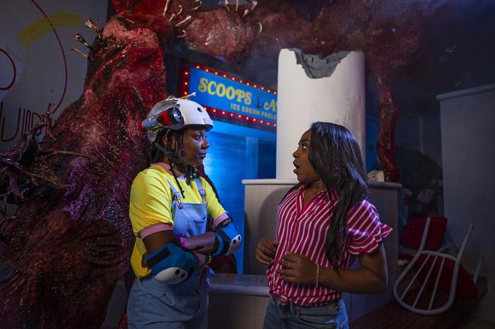Priah Ferguson participa de Halloween Horror Nights da Universal Studios com temática de Stranger Things